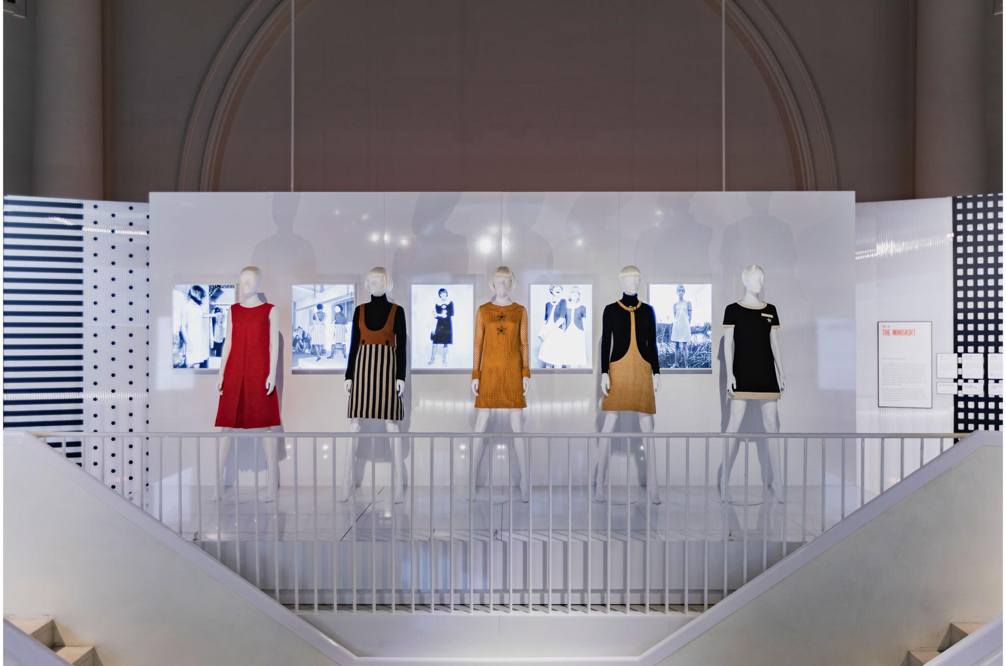 adcd667ab0201 ... anónimas luciendo los diseños de Quant que evidencia la importancia de  la minifalda para la moda de una década. La muestra estará abierta al  público ...